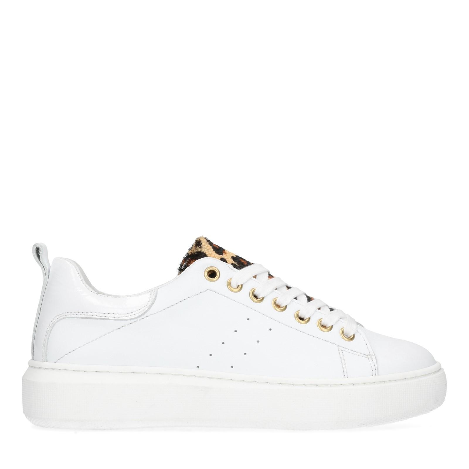 Weiße Sneaker mit Leo-Detail